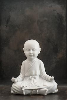Pregare buddha. monaco bianco. meditazione e concetto di relax