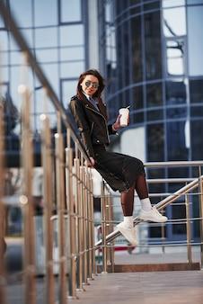 Pre estate. la giovane bella ragazza in vestiti caldi ha passeggiata in città durante il suo tempo di fine settimana