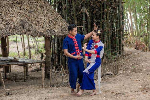 Servizio fotografico pre matrimonio all'interno del giardino in costumi tradizionali tailandesi
