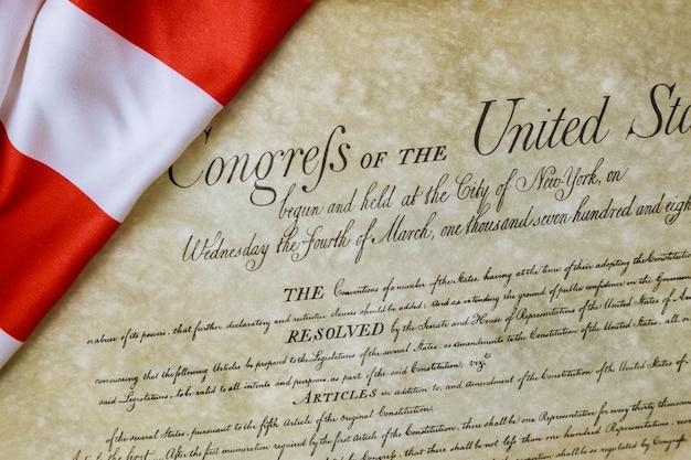 Preambolo della costituzione degli stati uniti d'america in primo piano della bandiera americana arruffata