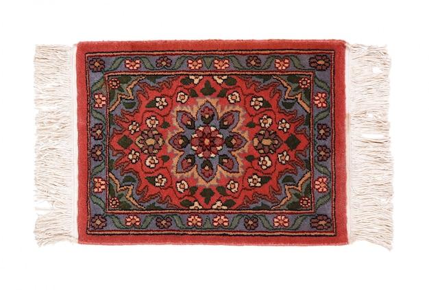 Prezioso tappeto persiano su sfondo bianco