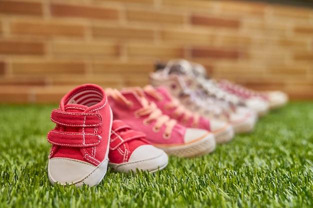 Annuncio di gravidanza con scarpe da ginnastica