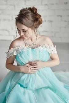 Gravidanza, donna incinta, pianificazione familiare, parto cesareo, attesa per il parto. depressione e vitamine per una crescita sana. una donna in un abito lungo e lussuoso
