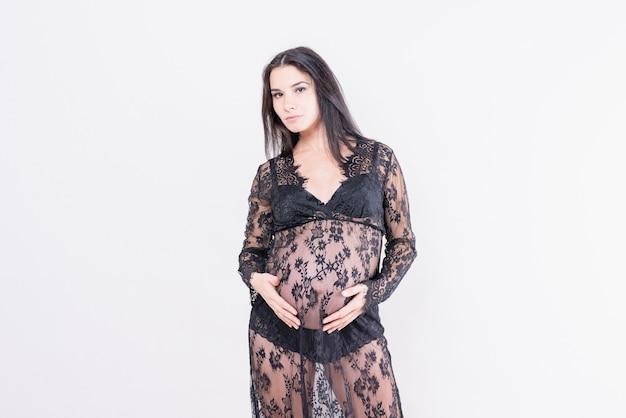 Ragazza incinta con grande pancia in vestaglia. foto di alta qualità