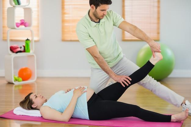Donna incinta che ottiene massaggio rilassante