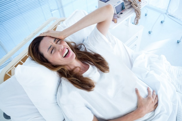 Donna incinta che ha fitte di nascita