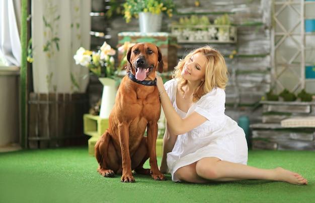 Donna incinta e il suo amato cane