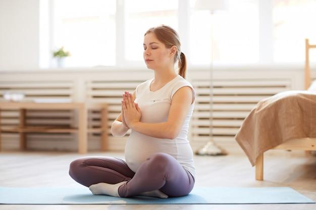 Donna incinta in meditazione