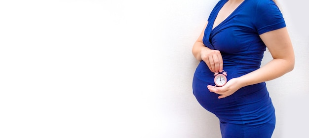 Donna incinta concetto di gravidanza, genitorialità, preparazione e aspettativa. primo piano, copia spazio