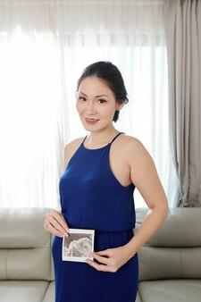 Donna incinta con immagine ecografica fetale
