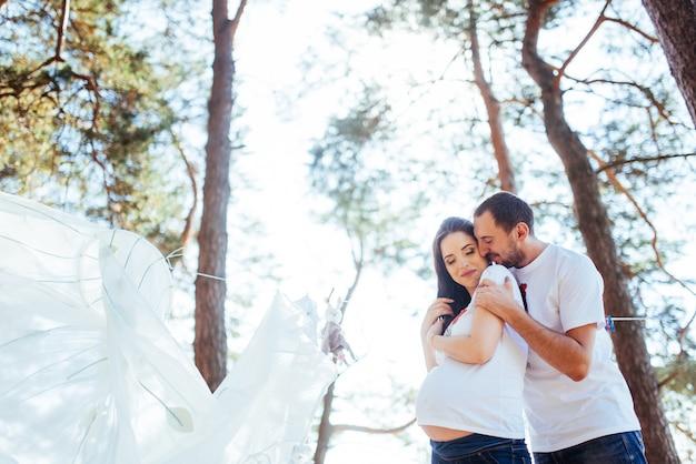 Donna incinta con il marito in attesa di un neonato.