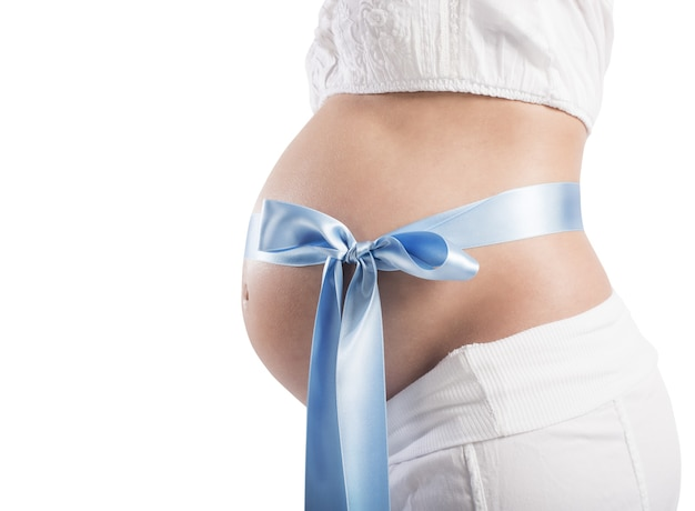 Donna incinta con un dolce fiocco blu