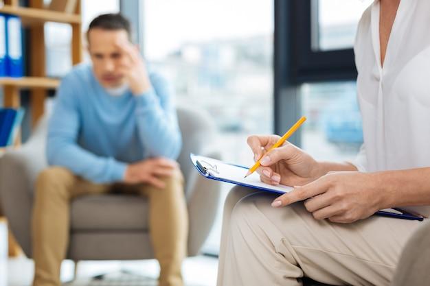 Diagnosi preliminare. messa a fuoco selettiva delle note dello psicologo scritte durante una sessione psicologica