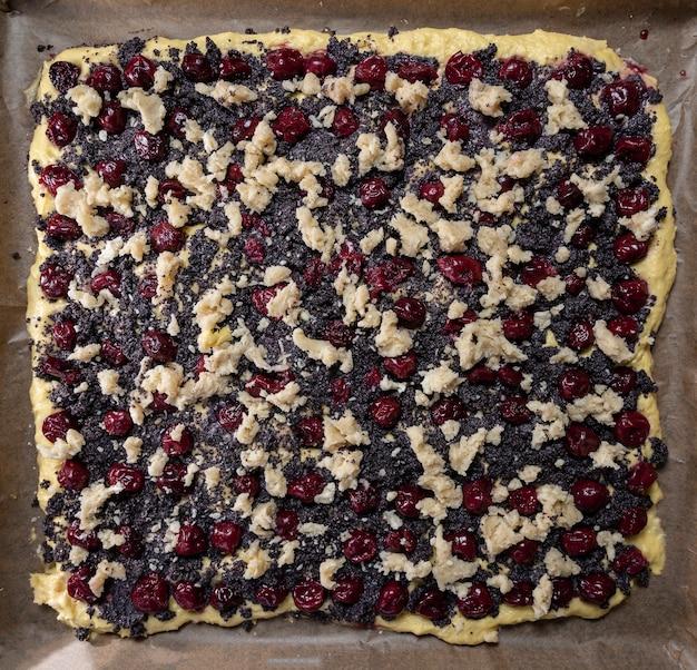 Preparazione della torta di ciliegie con semi di papavero a casa
