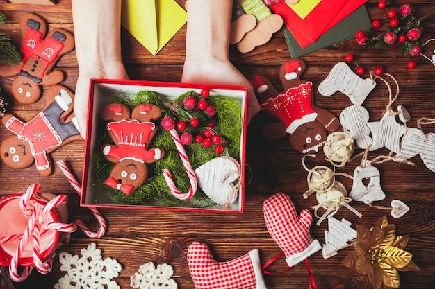 Preparare una confezione regalo di natale per gli amici