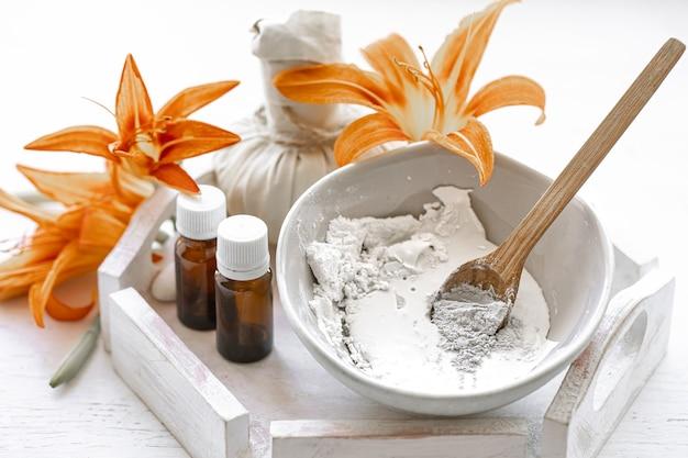 Preparazione di una maschera cosmetica con ingredienti naturali, cura della pelle del viso a casa.
