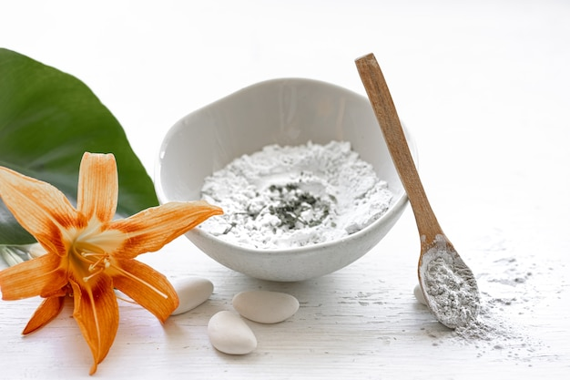 Preparazione di una maschera cosmetica con ingredienti naturali, cura della pelle del viso a casa. Foto Premium