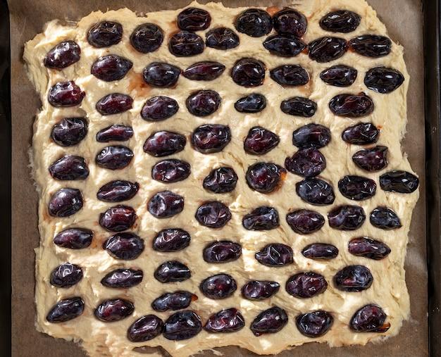 Preparazione della deliziosa torta di prugne a casa