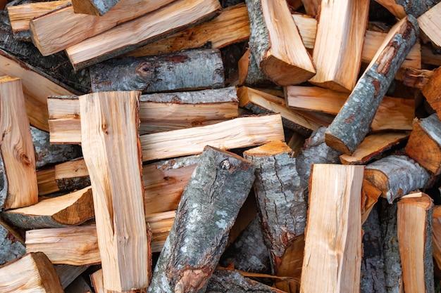 Preparazione della legna da ardere per l'inverno. sfondo di legna da ardere, pile di legna da ardere nella foresta. catasta di legna da ardere