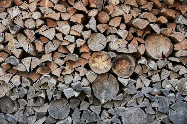 Preparazione della legna da ardere per la stagione invernale. sfondo di legna da ardere