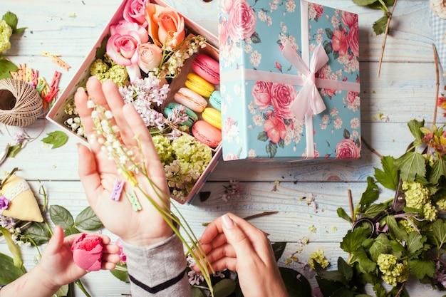 Preparazione della fioriera con amaretti, vista dall'alto del posto di lavoro del fiorista