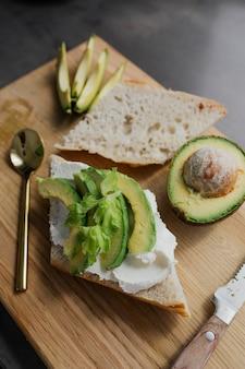 Preparazione di un sano toast all'avocado