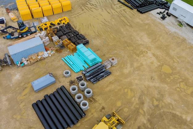 Preparazione per lavori di installazione in tubi di plastica in pvc che si trovano sul terreno del cantiere