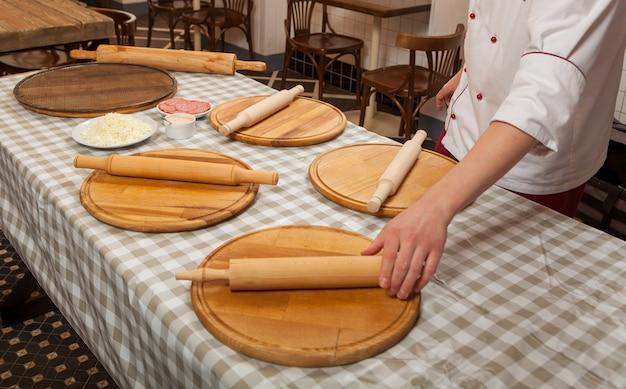 Preparazione per una master class sulla cottura della pizza in cucina in un caffè