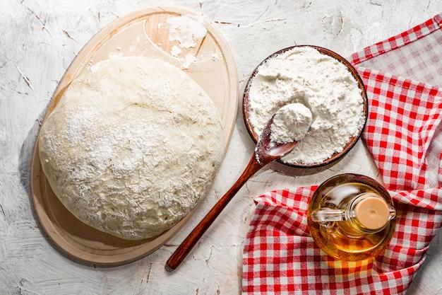 Preparazione impasto pizza olio d'oliva impasto lievitato a base di farina di grano bianco pane fatto in casa