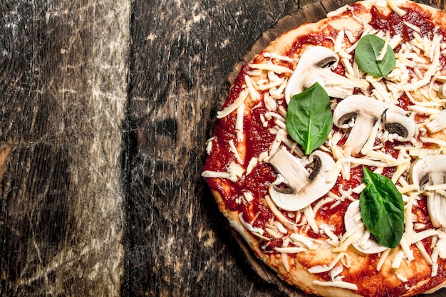 Preparazione della pizza con ingredienti naturali. su uno sfondo di legno.