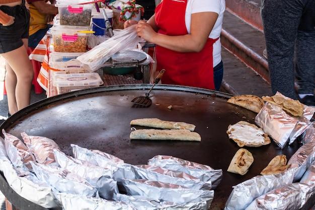 Preparazione di tacos tipico cibo di strada messicano gustosi tacos messicani