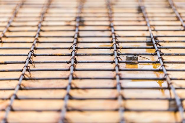 Preparazione in lavorazione barra d'acciaio in costruzione edificio piano