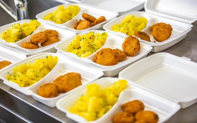 Piatto preparato o cibo al ristorante nella scatola di plastica per la consegna a casa, ordinazione online, concetto da asporto