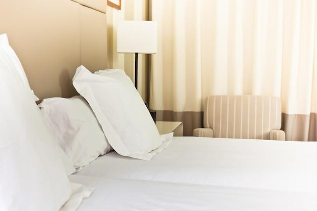 Letto fresco preparato, scena nella camera d'albergo