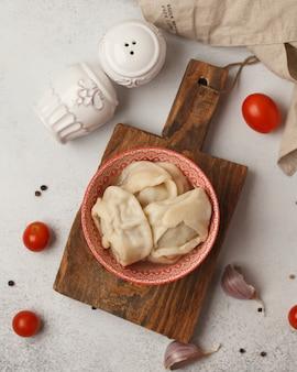 Gnocchi semilavorati preparati sul tavolo