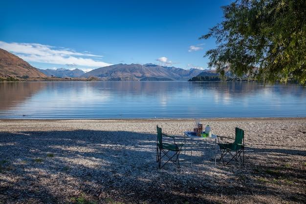 Preparare un picnic per la colazione sulla riva del lago wanaka