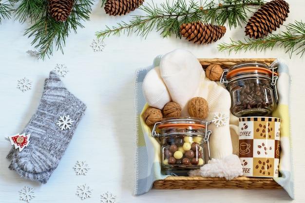 Pacchetto di preparazione, confezione regalo fatta a mano con chicchi di caffè, tazza di caffè, cioccolato, calzini caldi
