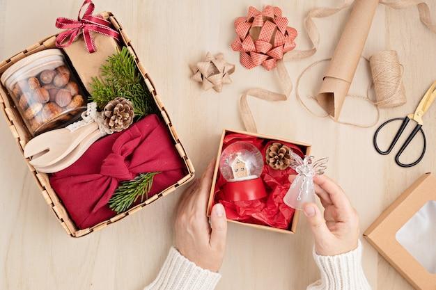 Preparare il pacchetto di cura per il ringraziamento, confezione regalo sasonale con utensili da cucina