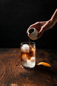 Preparare espresso tonic con succo d'arancia.