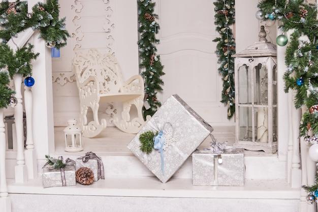 Preparando per il nuovo anno, regali di imballaggio: scatole regali, pompon, nastro decorativo, forbici nastri