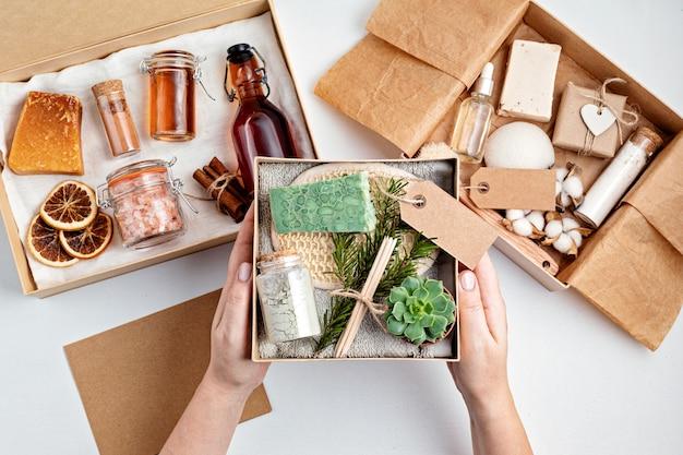 Preparazione del pacchetto per la cura personale e confezione regalo stagionale con prodotti cosmetici a spreco zero