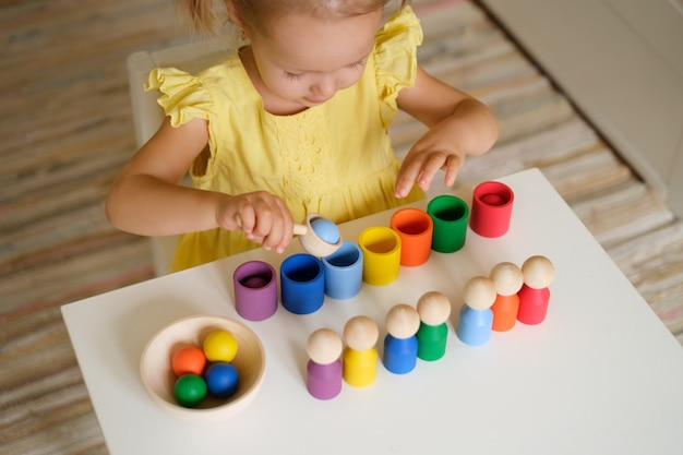 Un bambino in età prescolare gioca con un nuovo giocattolo selezionatore che aiuta un bambino a imparare i colori