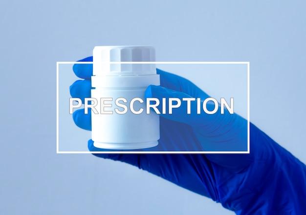 Parola di prescrizione sulla foto con la mano che tiene il barattolo di pillole.