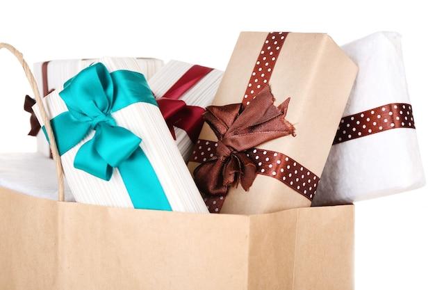 Primo piano delle scatole regalo in un sacchetto di carta Foto Premium