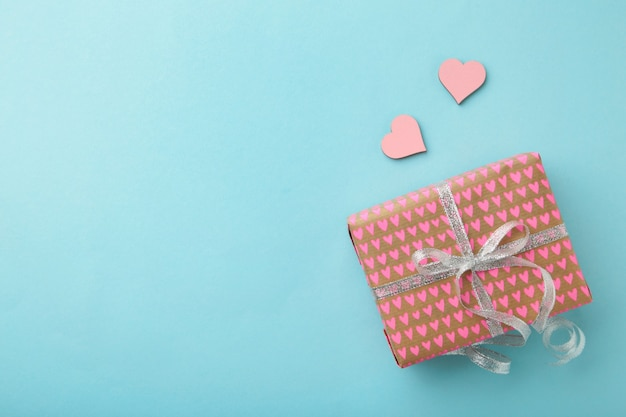 Scatole presenti con il concetto di vacanze di cartolina d'auguri cuore rosa.