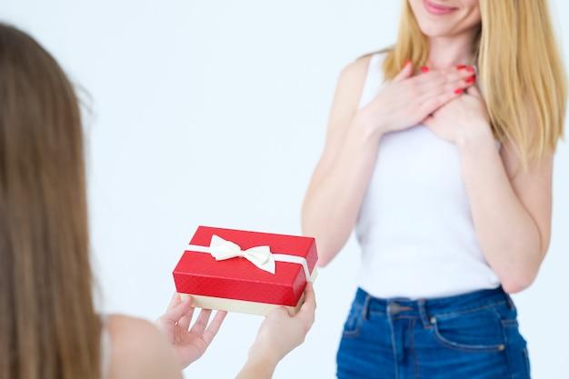 Presente in una confezione regalo per la mamma. figlia amorevole e relazioni familiari.