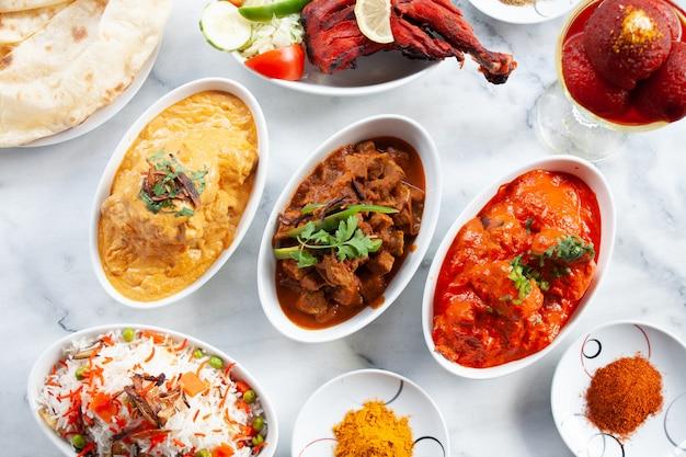 Presentazione dei piatti tradizionali indiani sul tavolo di marmo