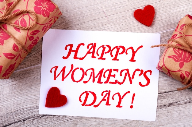 Presenta il giorno della donna. carta creeting e cuori rossi. sii creativo questa vacanza. fai regali piacevoli.
