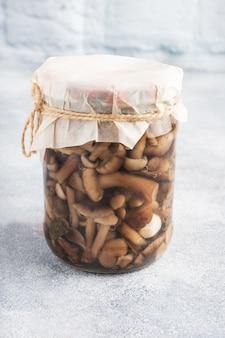 Conservazione degli ortaggi in banca. prodotti di fermentazione. raccolta di funghi per l'inverno. copia spazio.