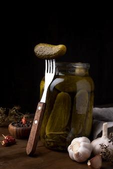 Cetrioli conservati in barattolo con forchetta